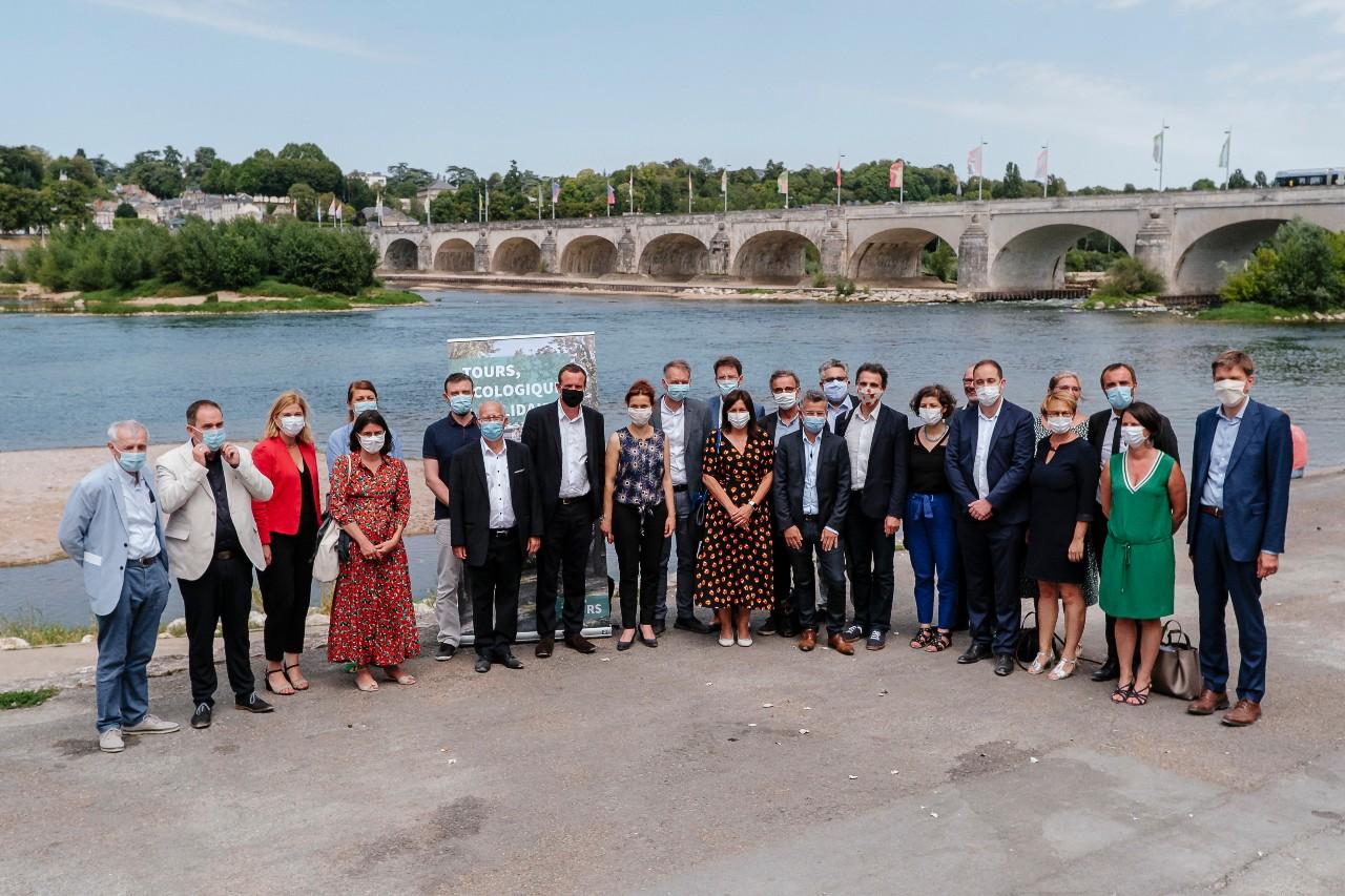"""Emmanuel Denis, maire écologiste de Tours, accueille une vingtaine d'élus de grandes villes EELV ou PS afin de développer un """"réseau d'alliance de villes écologistes, solidaires et citoyennes"""", Tours, 21 juillet 2020.©Sebastien Pons/Hans Lucas/AFP"""