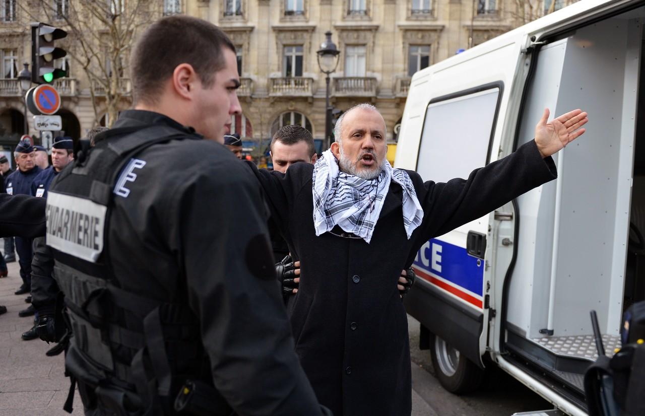 Abdelhakim Sefrioui, interpellé lors d'une manifestation non autorisée de soutien à la Palestine, 29 décembre 2012. ©Miguel MEDINA/AFP