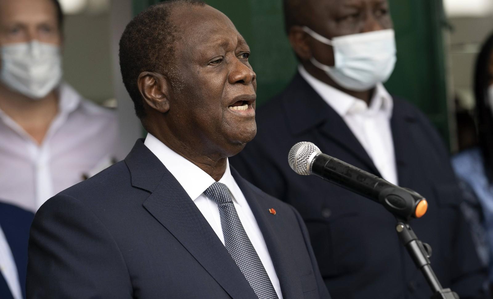 Le président ivoirien Alassane Ouattara s'exprime devant les journalistes après avoir voté le jour de l'élection présidentielle, le 31 octobre 2020. © Leo Correa/AP/SIPA  Numéro de reportage : AP22508632_000009