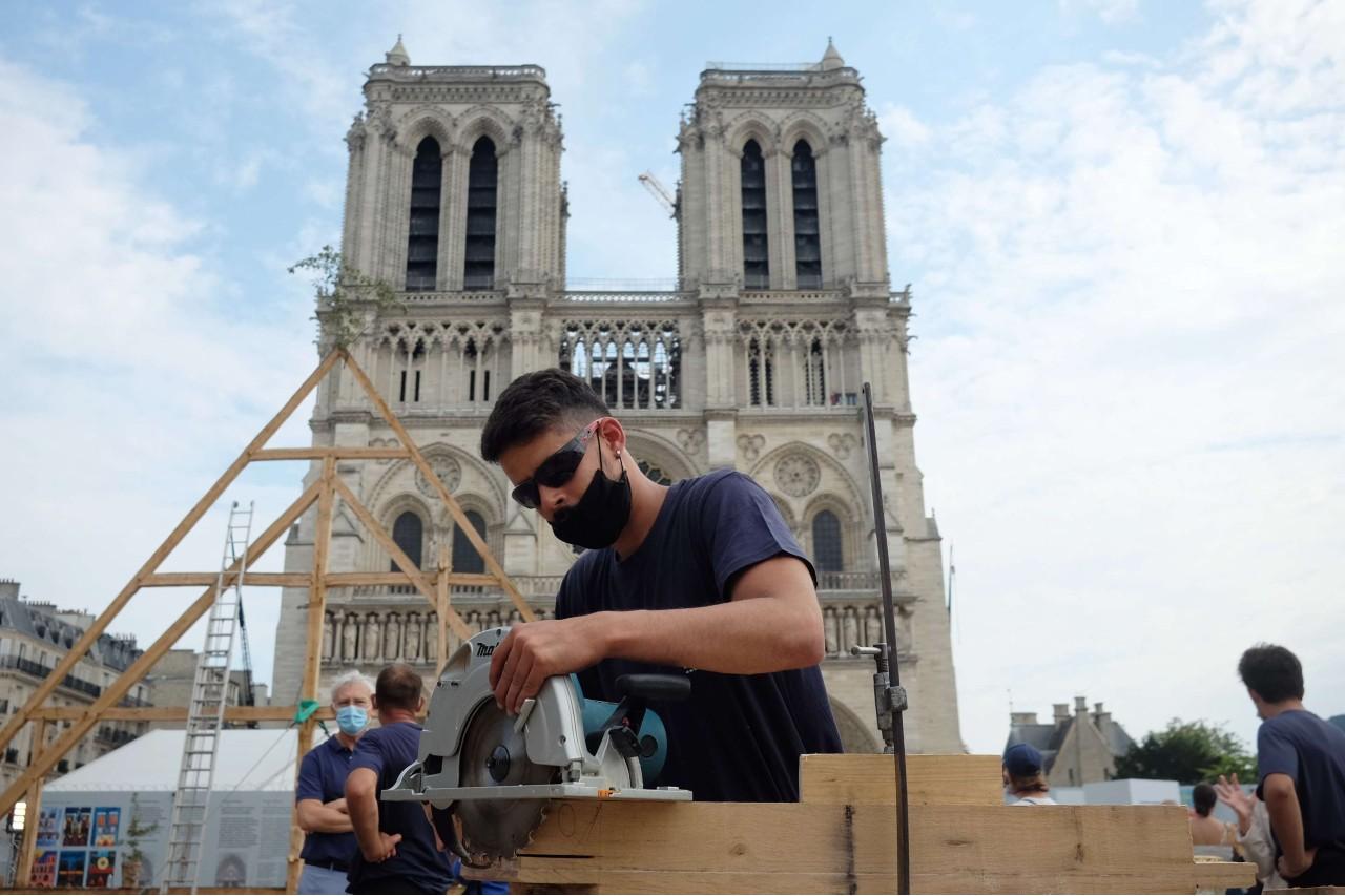 Des charpentiers partageant leur savoir-faire à l'occasion des Journées du patrimoine, sur le parvis de Notre-Dame de Paris, le 20 septembre 2020. © Alfonso Jimenez/Shutterstock/SIPA Numéro de reportage : Shutterstock40793209_000029
