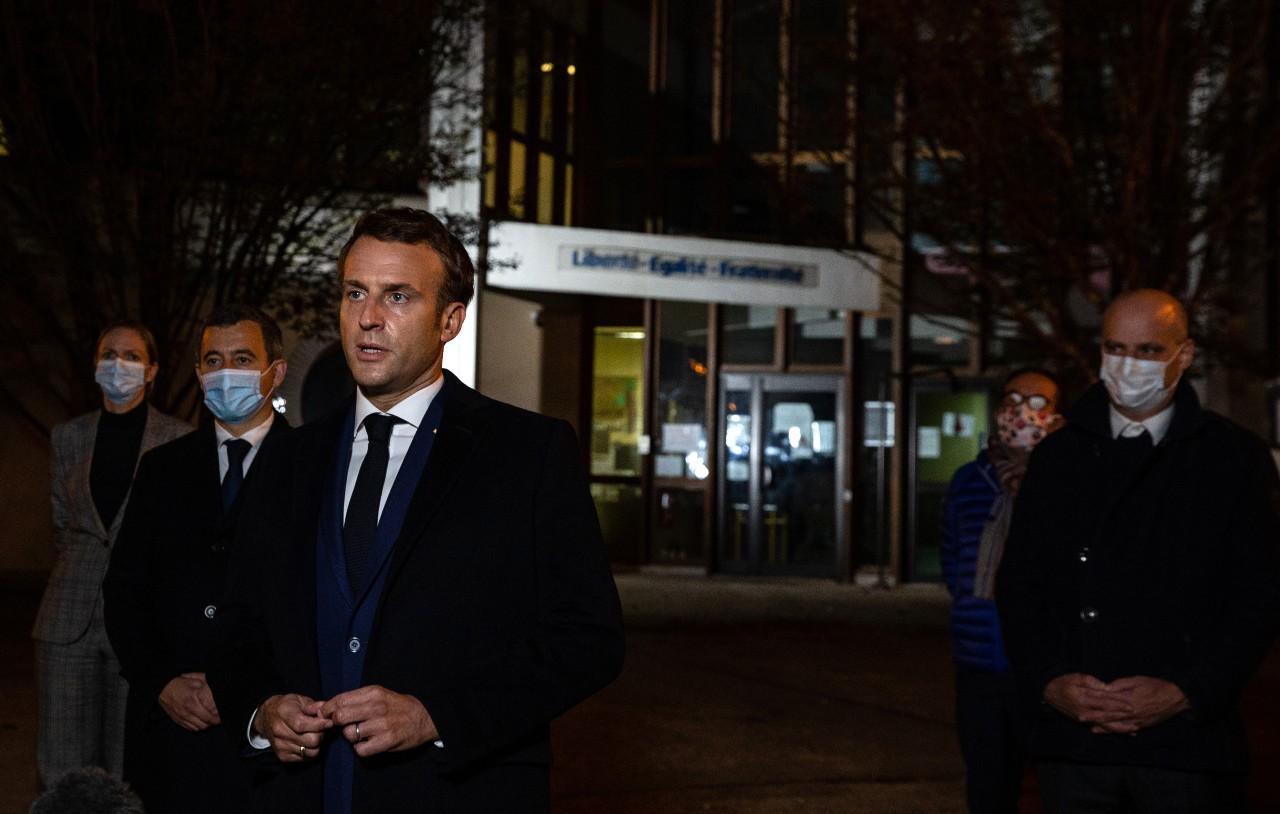 Emmanuel Macron face à la presse, devant le collège du Bois d'Aulne où travaillait Samuel Paty, 16 octobre 2020.© Abdulmonam Eassa/POOL/AFP