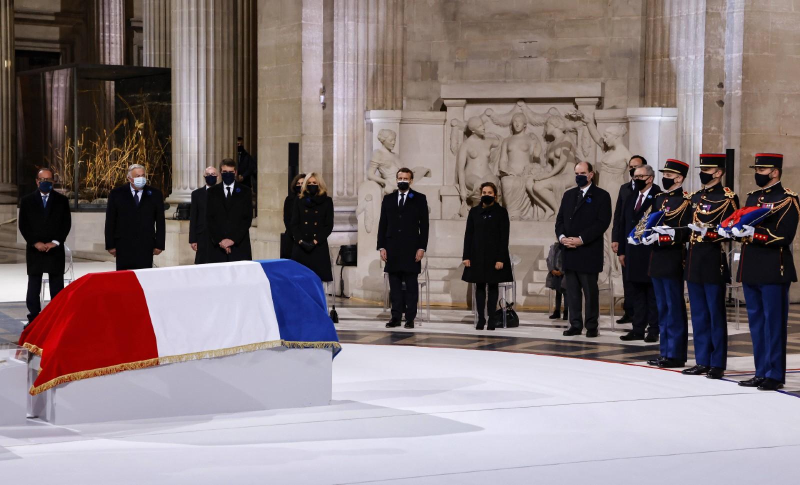 La président Macron devant le cercueil de Maurice Genevoix au Panthéon, le 11 novembre 2020 © Ludovic Marin/AP/SIPA Numéro de reportage: AP22512709_000040.
