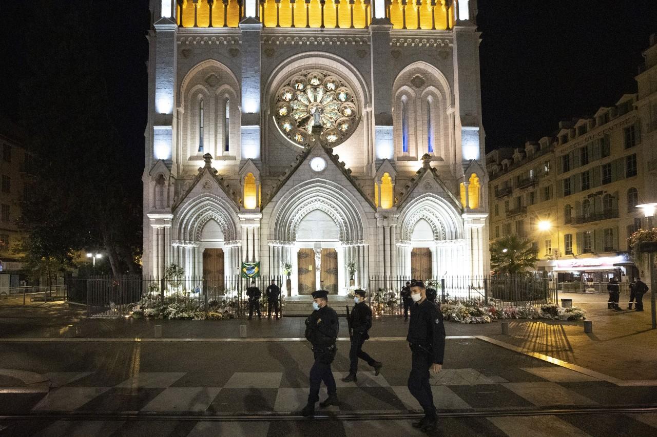 Une patrouille de Police lors de la célébration de la messe de la Toussaint, autour de la Basilique Notre-Dame de l'Assomption à Nice, le 1er novembre 2020. ©SYSPEO/SIPA Numéro de reportage : 00988958_000044