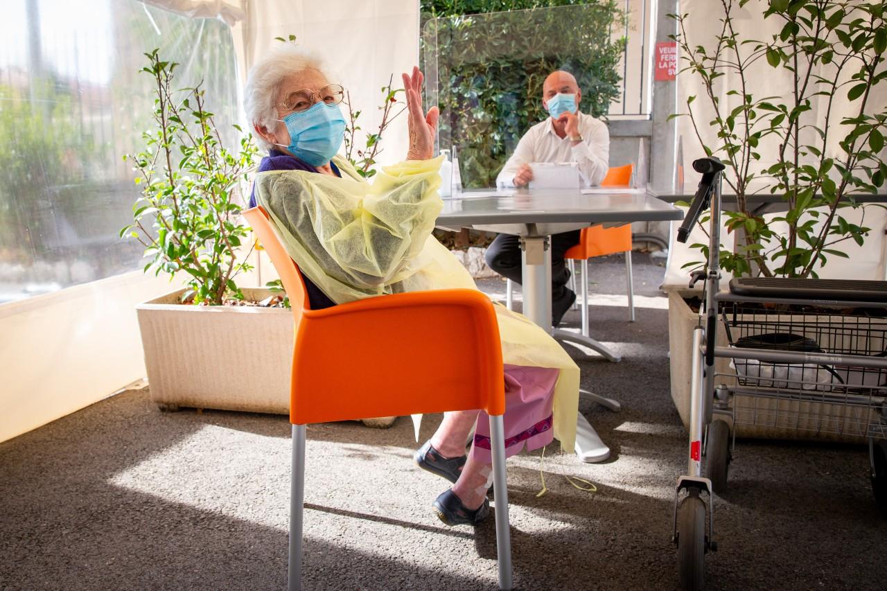 Protocole sanitaire renforcé dans un Ehpad à Nice, à l'occasion de la visite de Christian Estrosi, 23 septembre 2020. © Arié Botbol / Hans Lucas / AFP