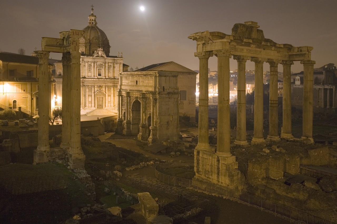 Le côté sombre du Forum romain. © ImageBroker/Leemage