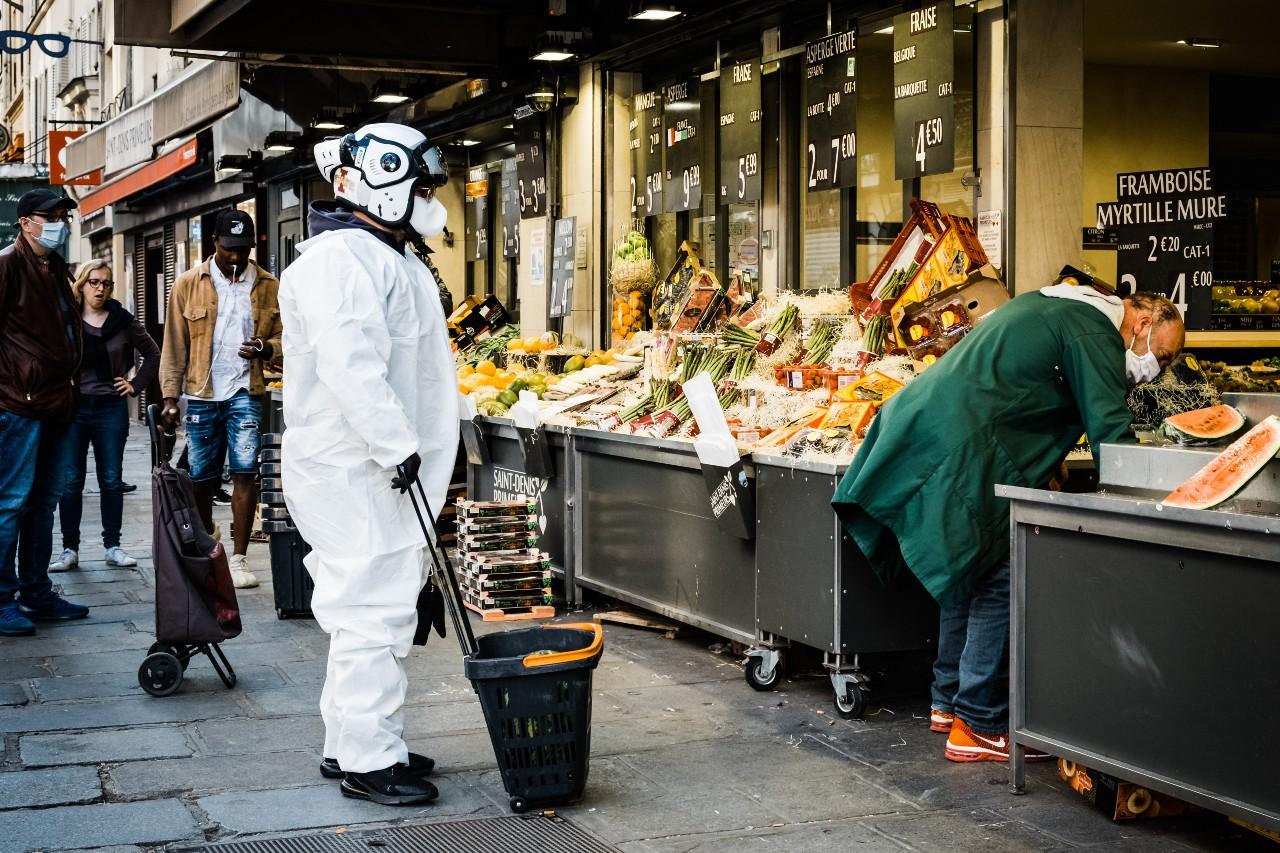 Protection anti-Covid intégrale pour ce client d'un marchand de fruits et légumes, Paris, 23 avril 2020. © Karine Pierre / Hans Lucas / AFP