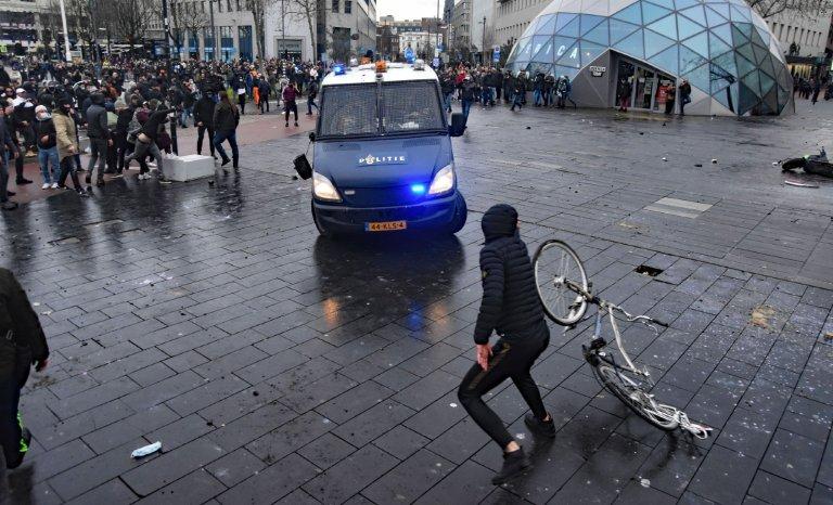 Voulez-vous savoir pourquoi Macron hésite à reconfiner? Regardez du côté des Pays-Bas!