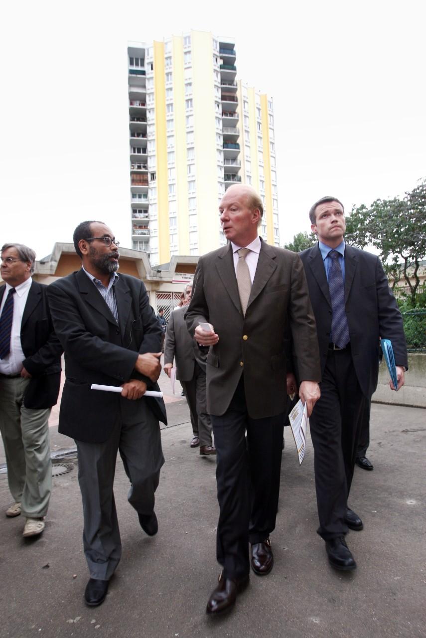 Brice Hortefeux rencontre des membres de l'AEFTI, Bobigny, juillet 2007. C'est sous son ministère que furent institués les premiers cours de français langue d'intégration (FLI). © MEHDI FEDOUACH / AFP.