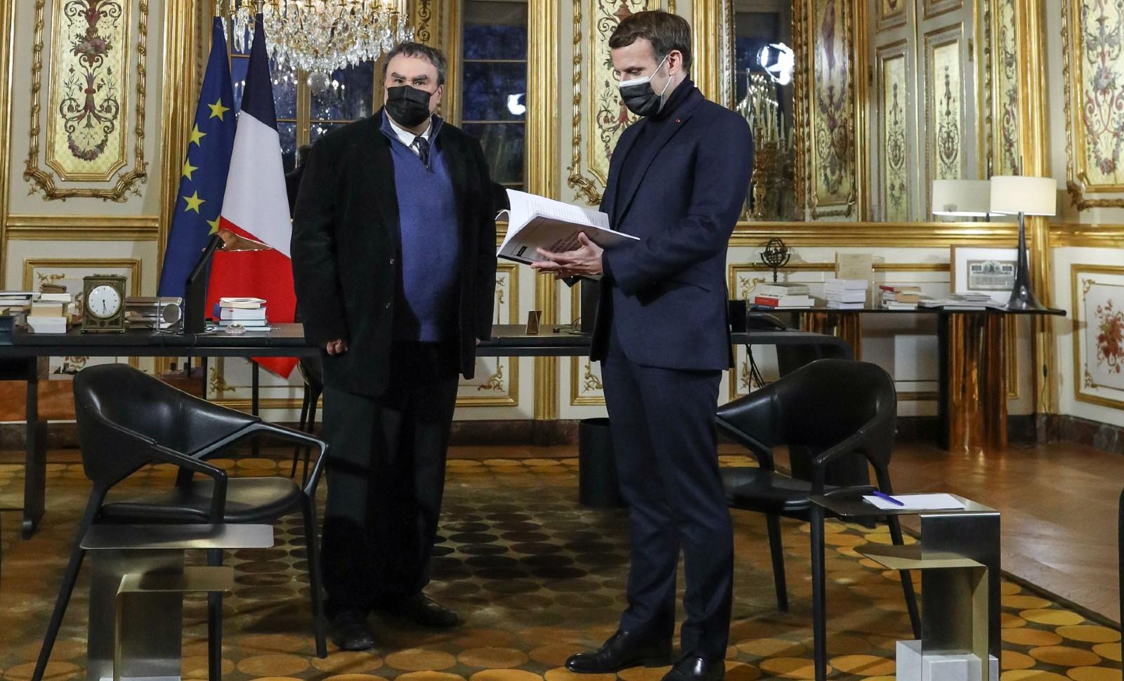 Benjamin Stora remet son rapport au président Macron, le 20 janvier 2021, Palais de l'Elysée   © STEPHANE LEMOUTON-POOL/SIPA Numéro de reportage  : 01000815_000010