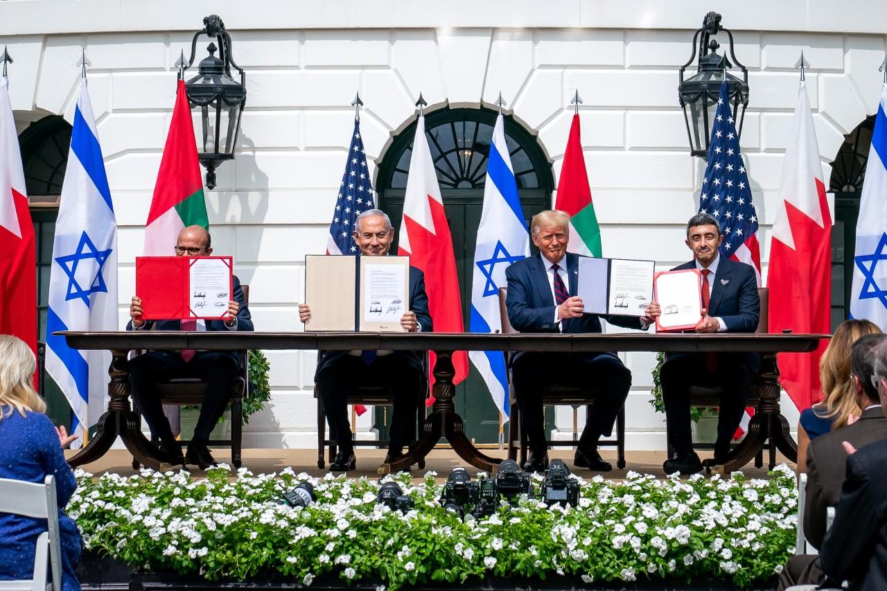 De gauche à droite : Abdullatif Al-Zayani, ministre des Affaires étrangères de Bahreïn, Benjamin Netanyahu, Premier ministre israélien, Donald Trump, président des États-Unis, et Abdullah Bin Zayed Al-Nahyan, ministre des Affaires étrangères des Émirats arabes unis, brandissent les traités de paix tout juste signés à la Maison-Blanche, Washington, 15 septembre 2020. © Tia Dufour / Handout / Anadolu Agency / AFP