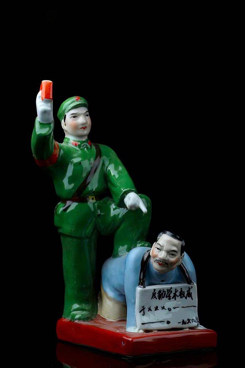 Révolution culturelle en Chine : un garde rouge humilie un intellectuel. © Sylvie Perez
