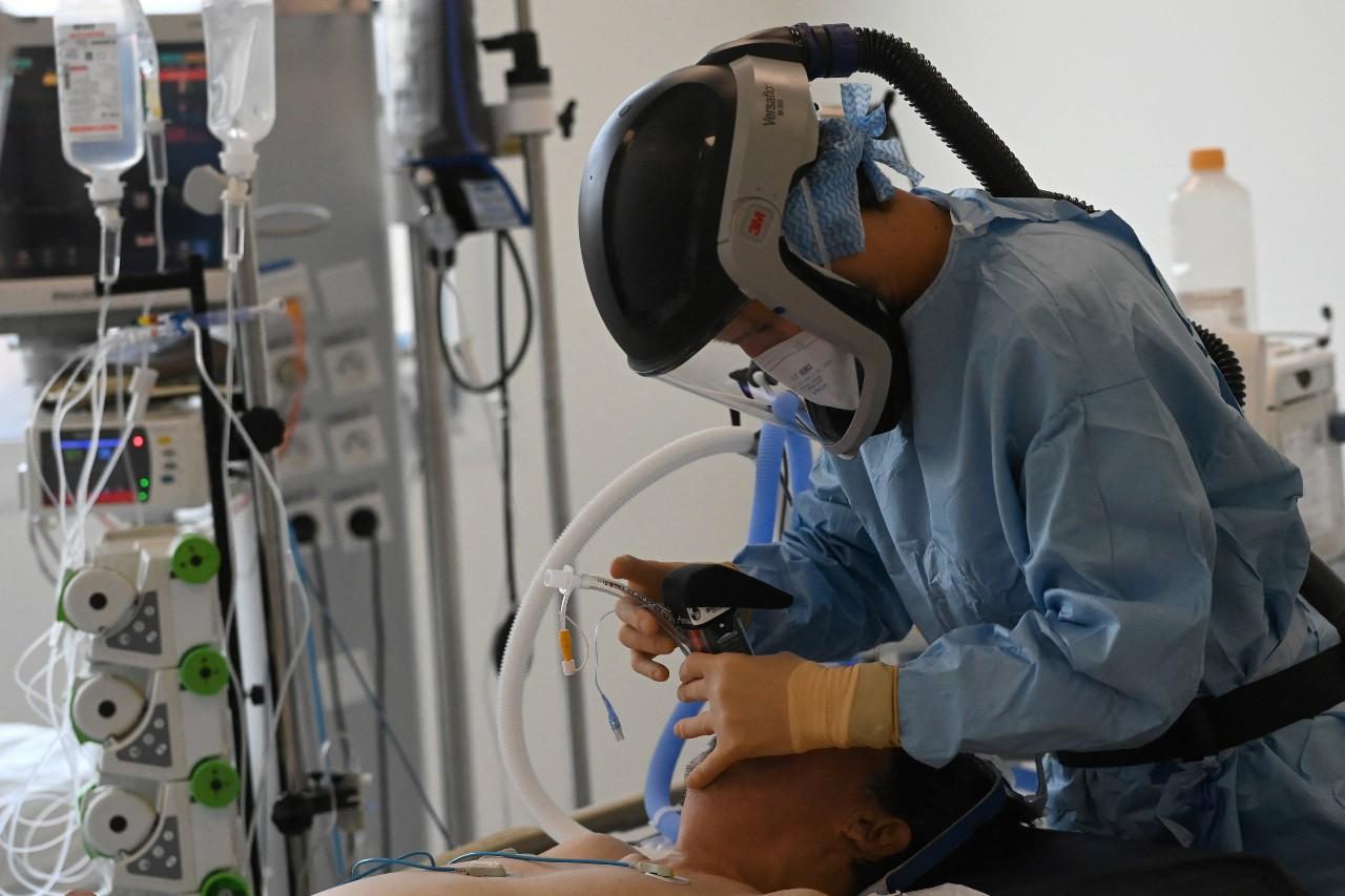 Intubation d'un patient atteind par le coronavirus, septembre 2020, Marseille © Christophe SIMON / AFP.
