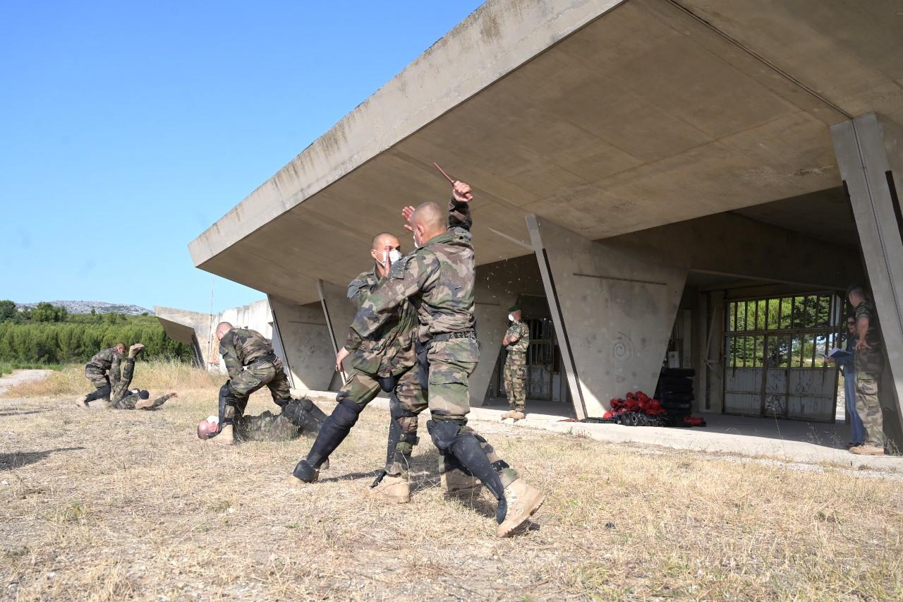 L'adjudant Kevin donne un cours de combat rapproché. Désarmer un ennemi avec couteau ou pistolet est toujours utile dans les rues de nos villes. Ces hommes ont participé aux patrouilles Sentinelle cet hiver en région parisienne.