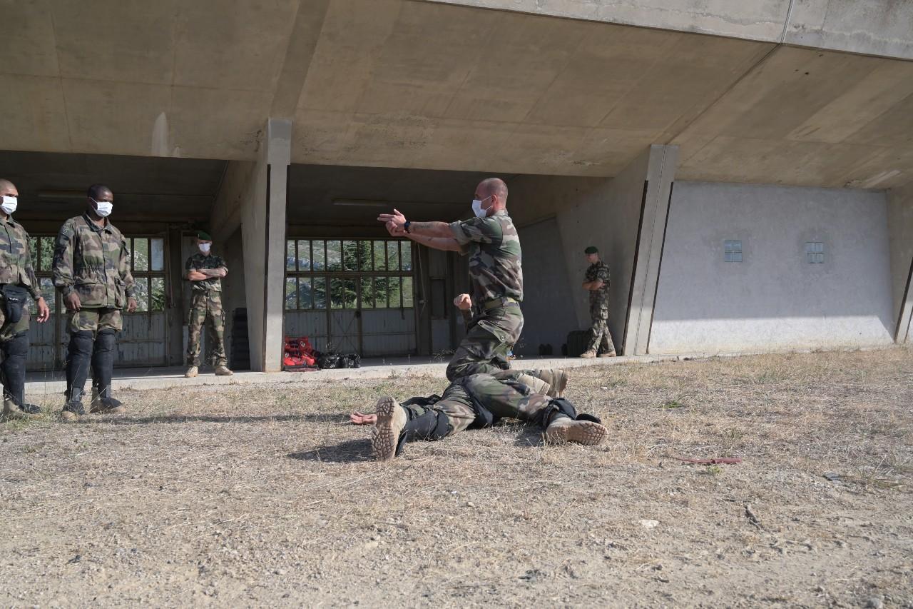 Désarmement d'un ennemi au pistolet.