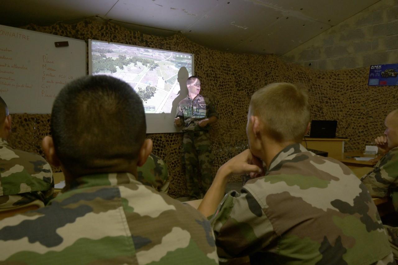 Formation de jeunes recrues aux différentes façons de progresser à plusieurs véhicules en territoire ennemi.