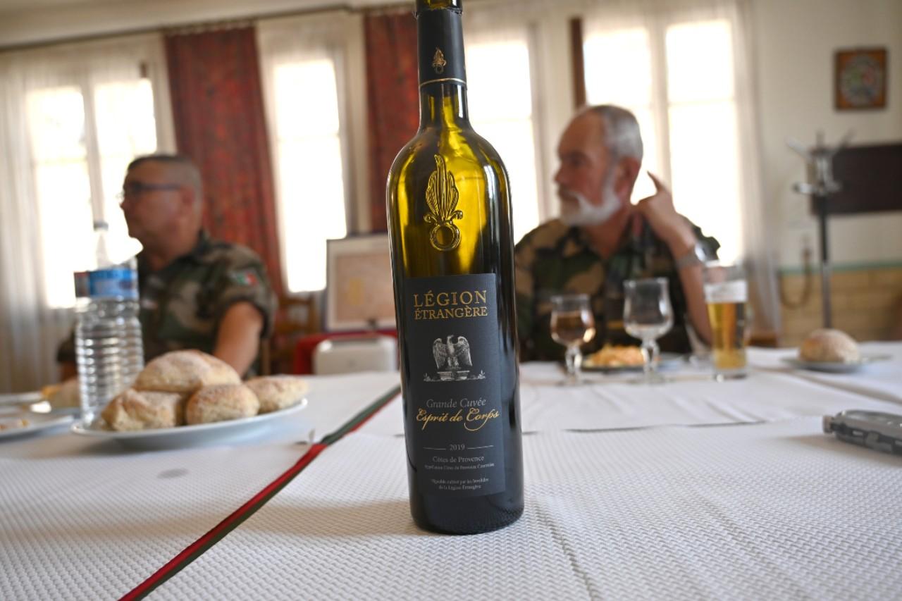 Et on boit le vin de la Légion, produit au domaine de Puyloubier où la Maison du légionnaire accueille les blessés au combat et parfois les blessés de la vie.