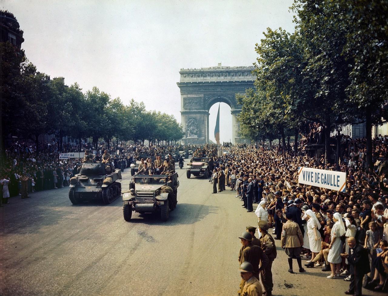 Défilé des chars alliés sur les Champs-Élysées après la Libération de Paris, 25 août 1944. © United Archives / Leemage