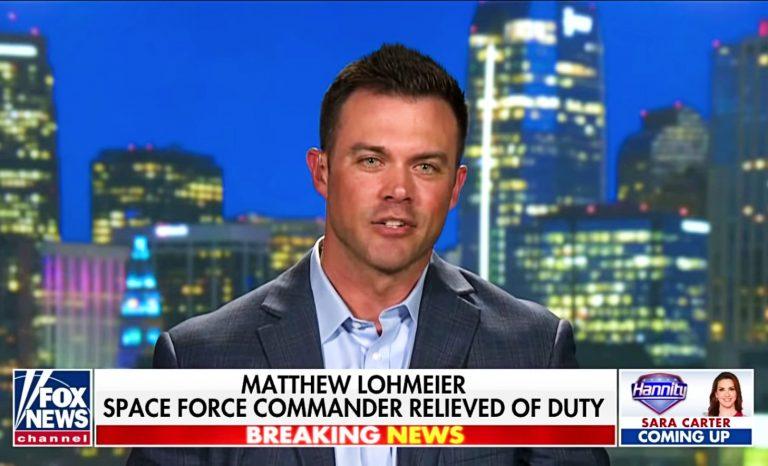 Un lieutenant-colonel  de la Force spatiale a été licencié après avoir critiqué Black Lives Matter, il devient le troisième auteur à succès d'Amazon!