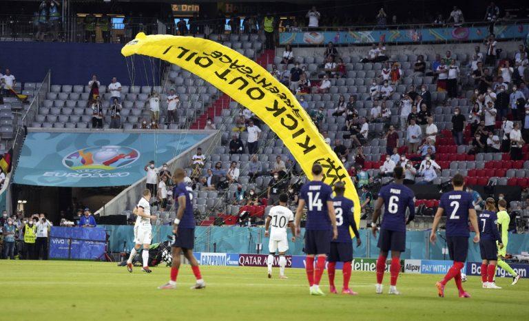 Footballeurs de tous les pays, prosternez-vous!